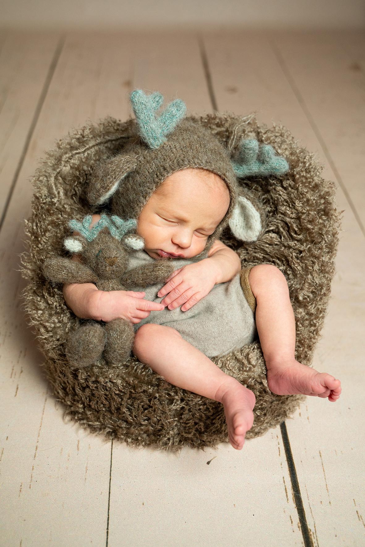 Baby schläft im Sessel Neugeborenenshooting in Fotostudio Bremen