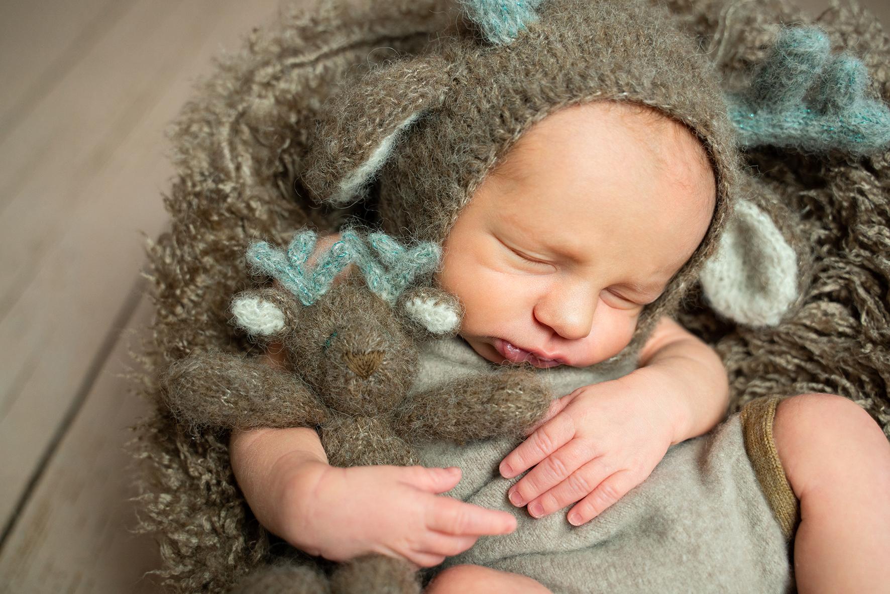 Babyfotos Bremen Kleines Rentier im Sessel mit Kuscheltier Fotografin