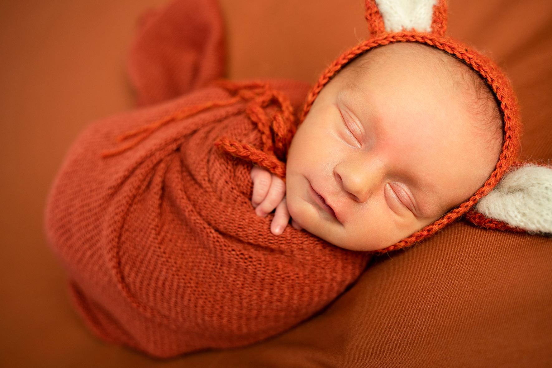 Babyfotoshooting Newborn Fotostudio Bremen kleiner Fuchs mit Mütze