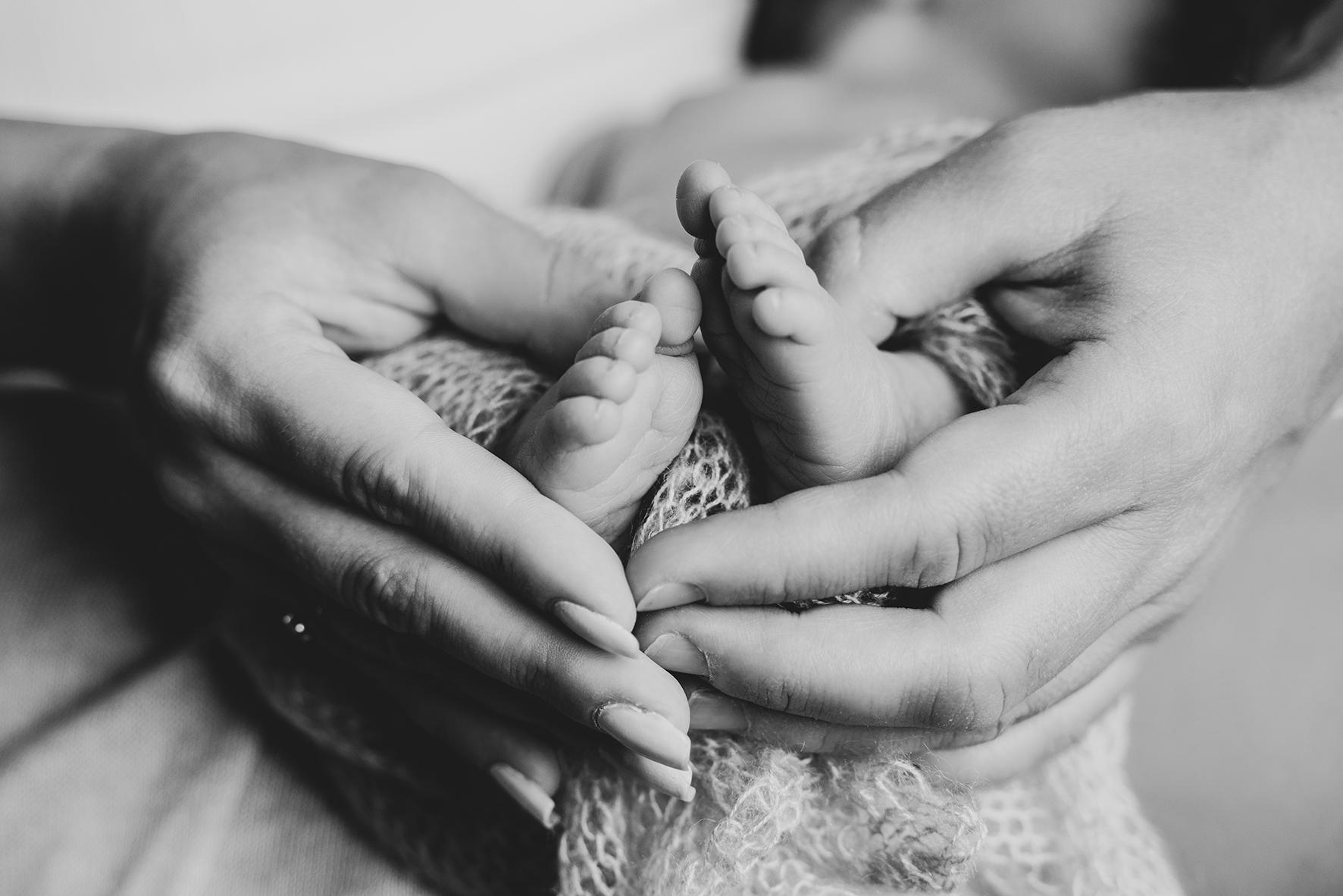Detailfoto der Babyfüße mit den Händen der Eltern Babyfotografin Bremen