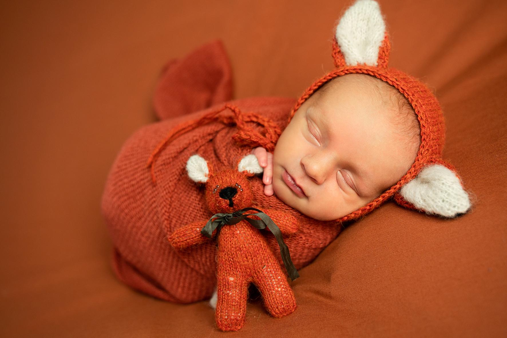 Babyfotos mit Fuchsmütze und Kuscheltier in orange Babyfotograf Bremen