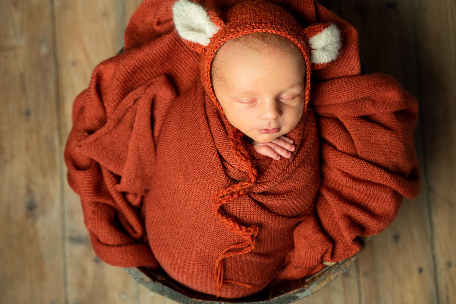 Baby in Requisiten beim Fotoshooting Babyshooting in Bremen