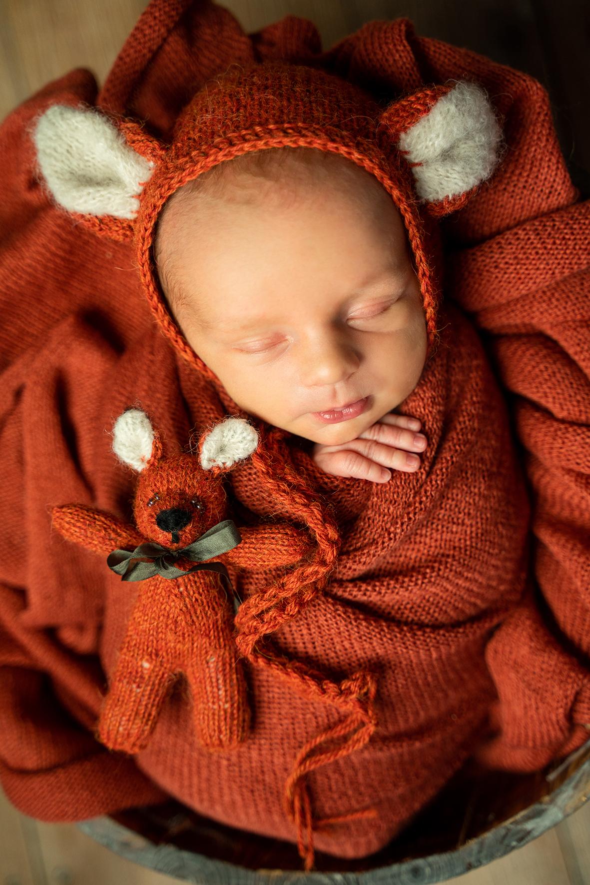 Babyshooting Themenfotos Baby mit Fuchsmütze beim Newbornshooting in Lilienthal