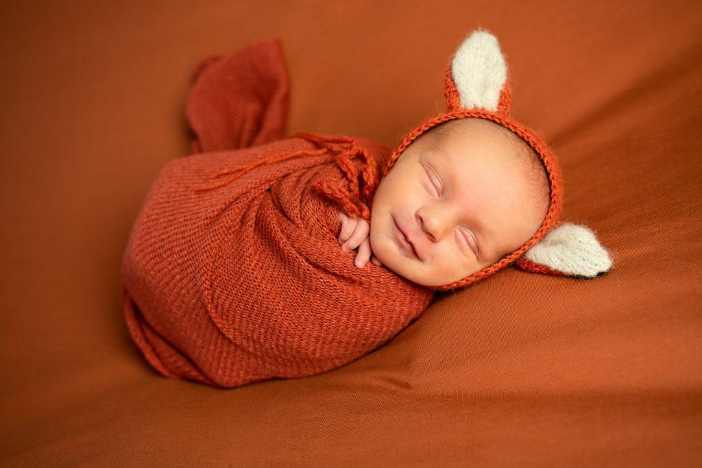 Neugeborenenfotos im Studio gepuckt lachendes Baby Babyfotograf