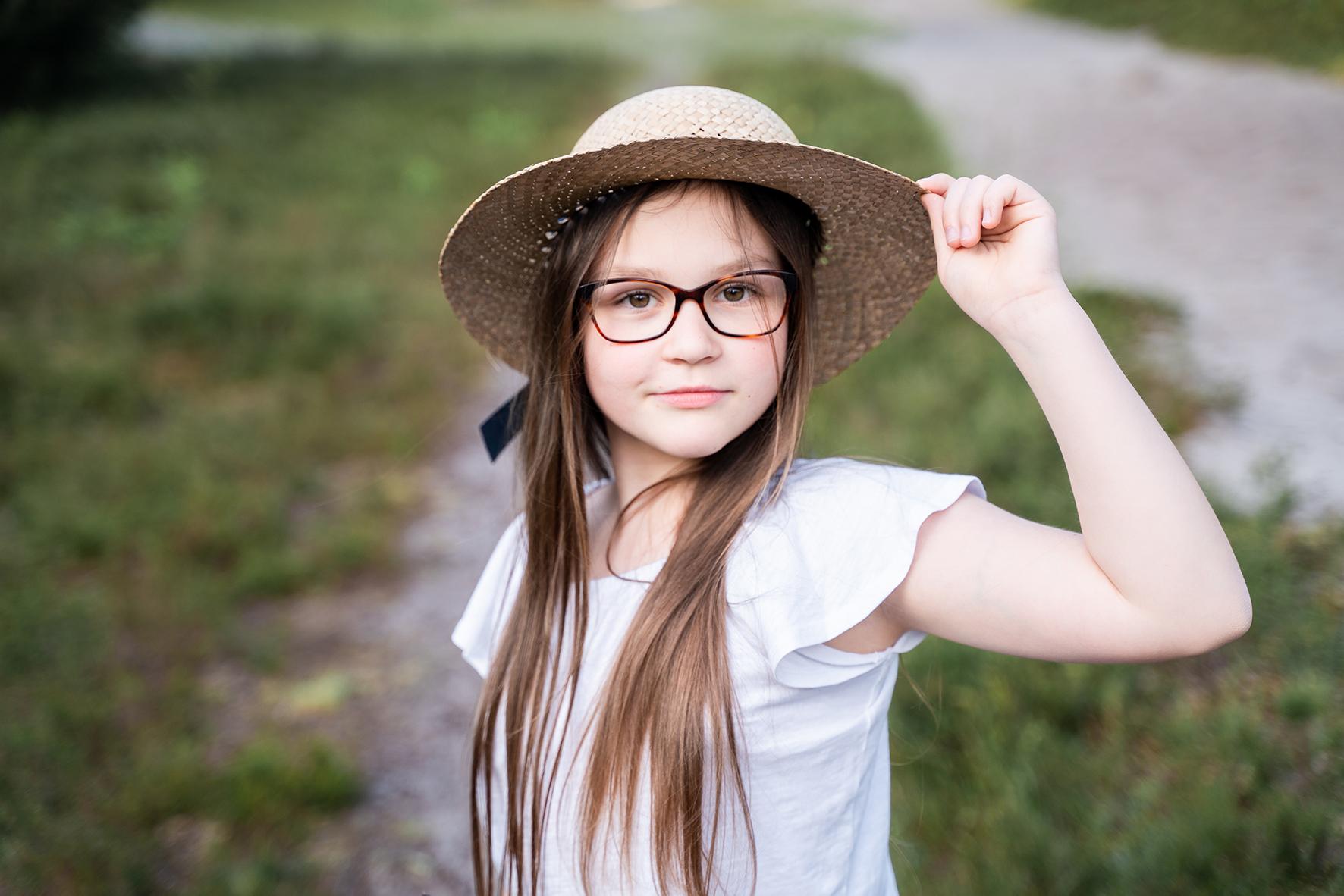 Kindershooting Bremen Kinderportrait Mädchen mit Strohhut