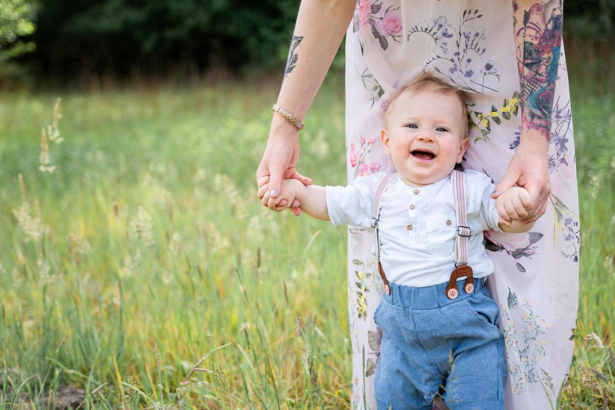 Babyfotograf Bremen Fotoshooting im Freien Draußen Familienfotos machen lassen