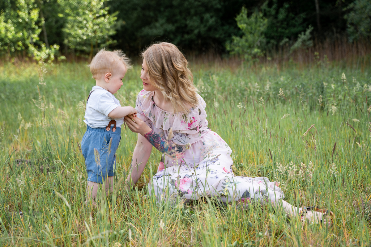Fotoshooting Familie Mama mit Sohn Babyfotograf Bremen Outdoor