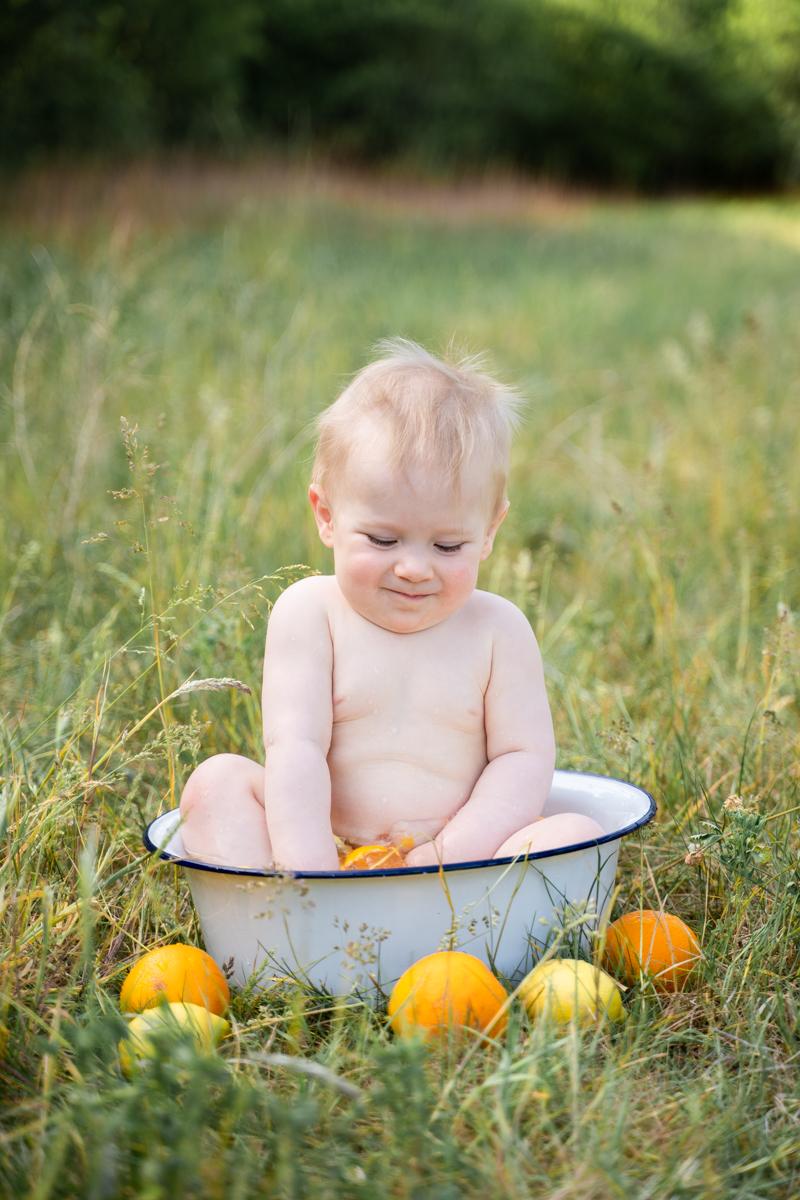 Badeshooting Outdoor Baby in Badewanne mit Zitronen Sommerfotos
