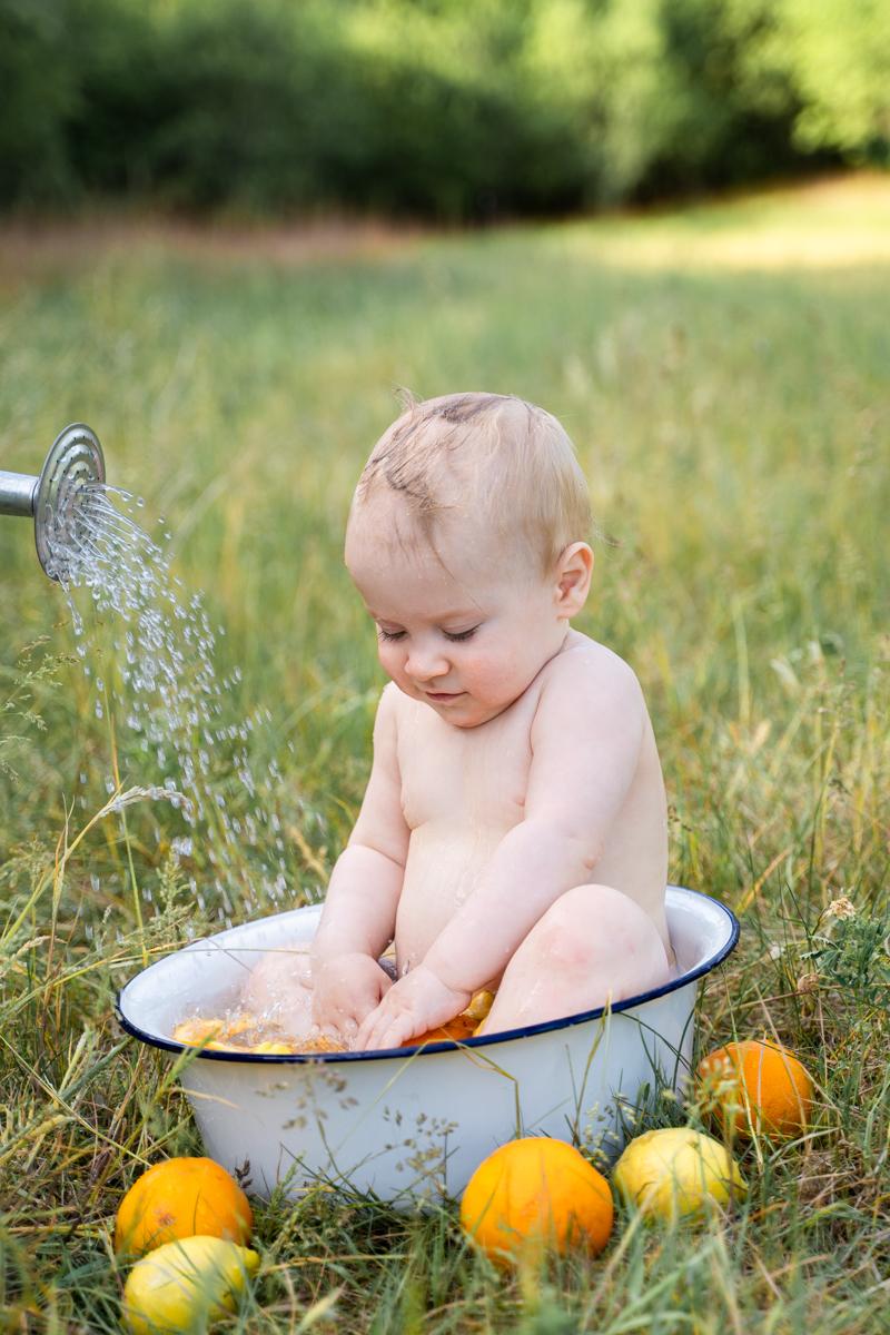 Babyfotograf Bremen Milchbadshooting Outdoor mit Gießkanne