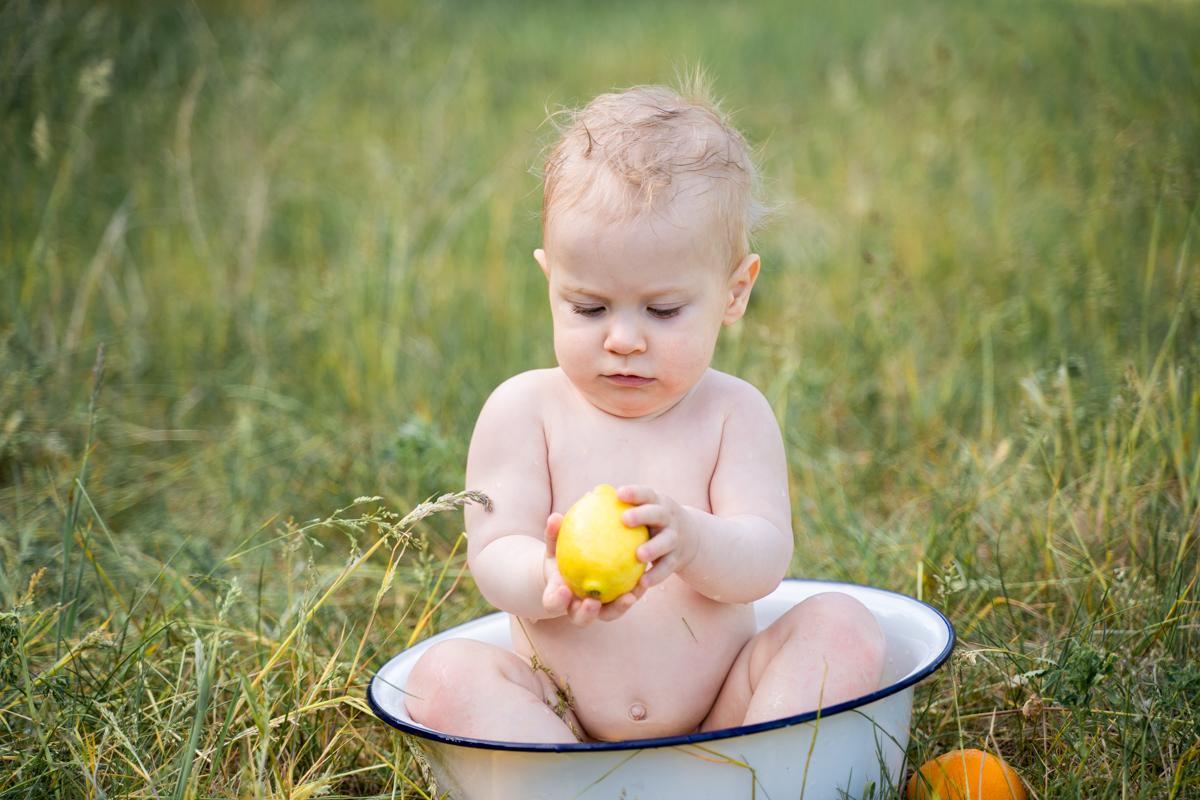 Babyfotograf Bremen Milchbad Shooting auf der Wiese