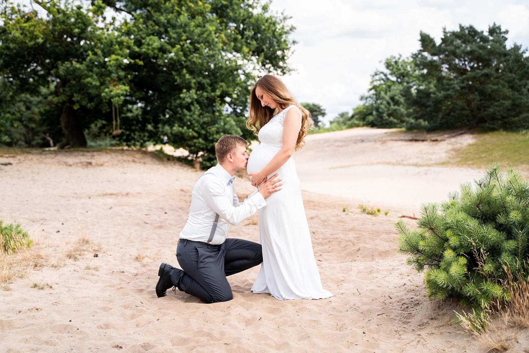 Bräutigam küsst den Babybauch seiner Frau Hochzeitsfotografin Bremen