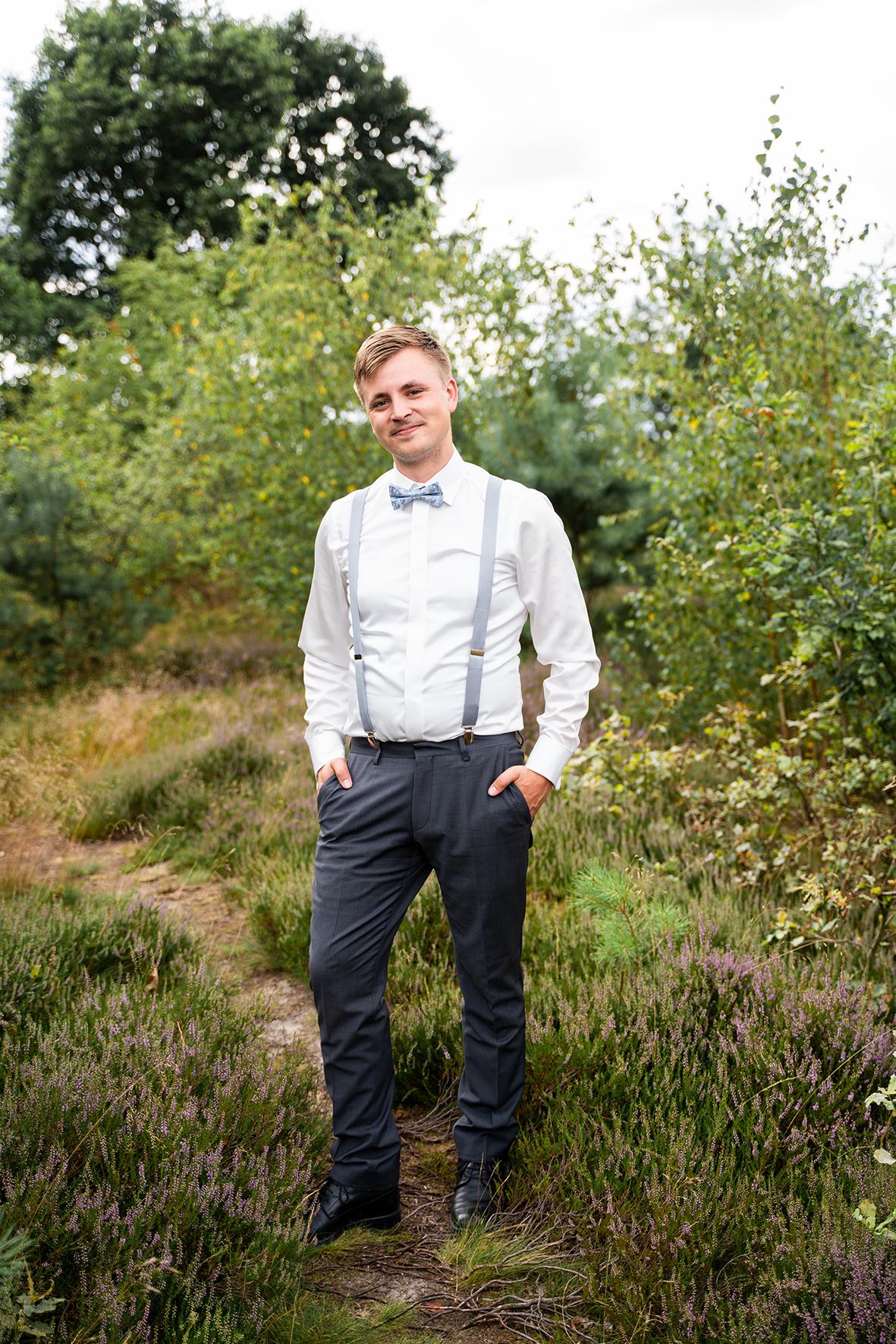 Bräutigam in der Heide Hochzeitsfotografin bremen Hochzeitsfotos Rotenburg Wümme