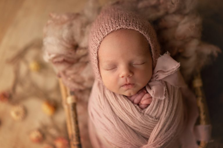 Rosa Baby beim Neugeborenenshooting Lilienthal
