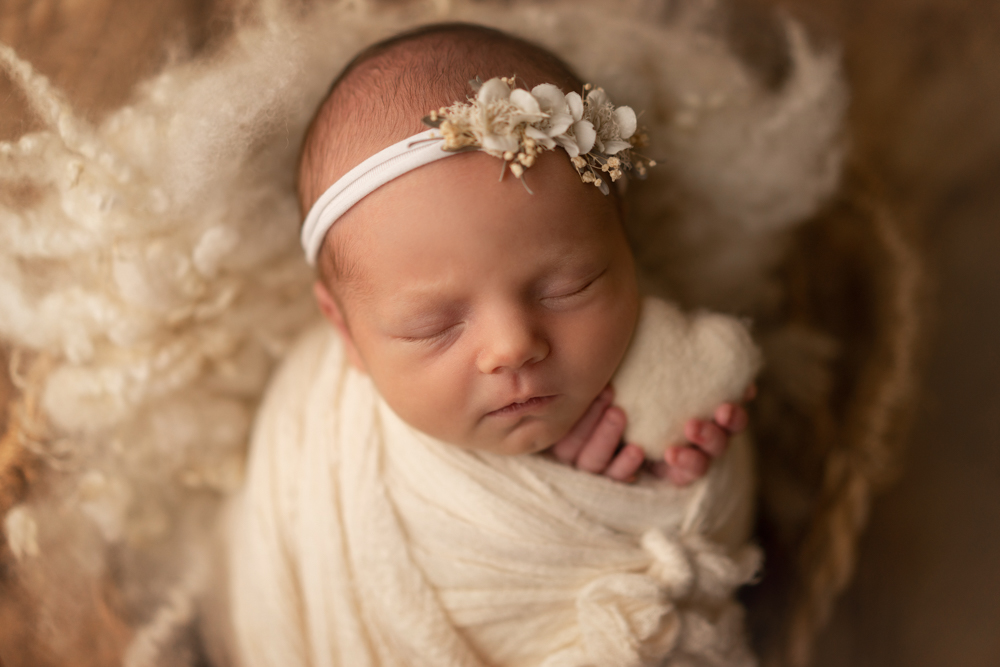 Babyfotoshooting im Studio Neugeborenesöhooting mit weißem herz