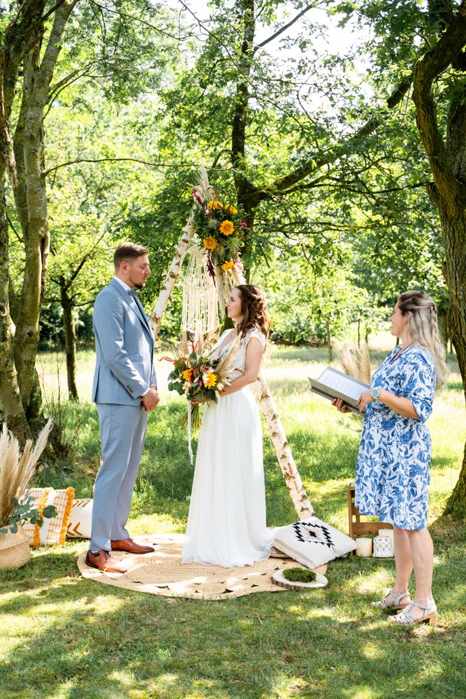 Hochzeitsfotograf Bremen freie Trauung im Sommer auf der Wiese