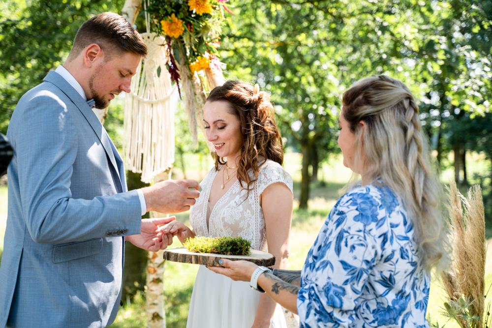 Ringtausch bei der freien Trauung im Boho Stil Hochzeitsfotograf bremen