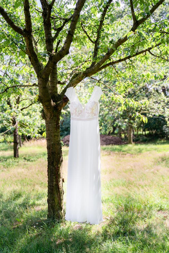 Brautkleid im Baum hängend Boho Hochzeit Getting Ready Hochzeitsfotograf Bremen