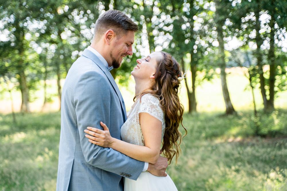 Lachendes Paar beim Paarshooting Hochzeitsfotografin Bremen Lilienthal