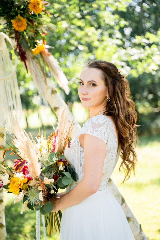 Braut mit Brautstrauß Boho Hochzeitsfotos im Sommer Bremen
