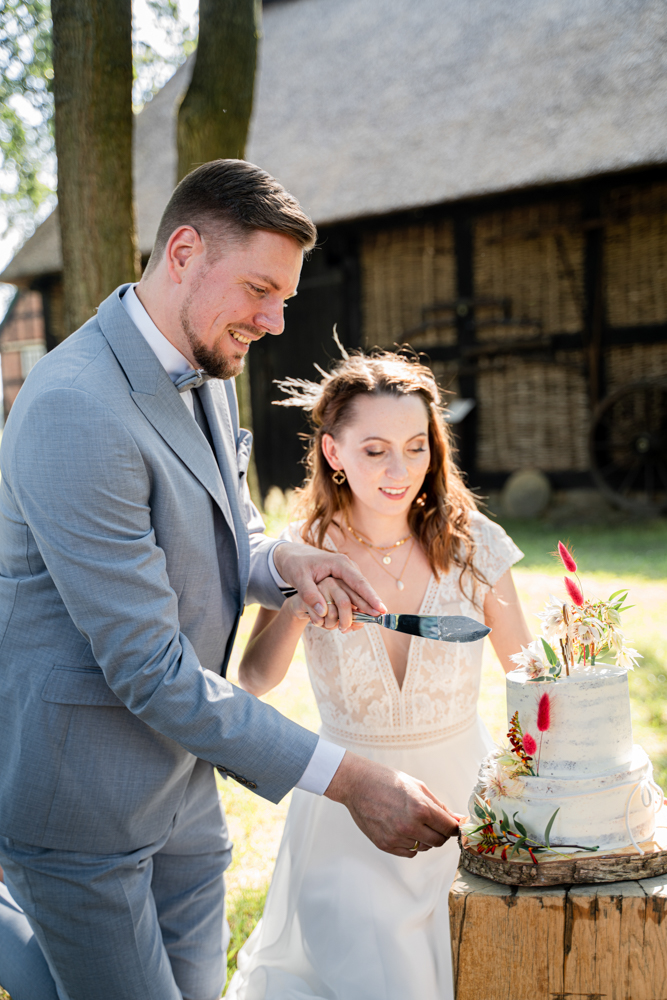 Hochzeitsfotograf Bremen Hochzeitsfotos im Boho Stil Torte anschneiden