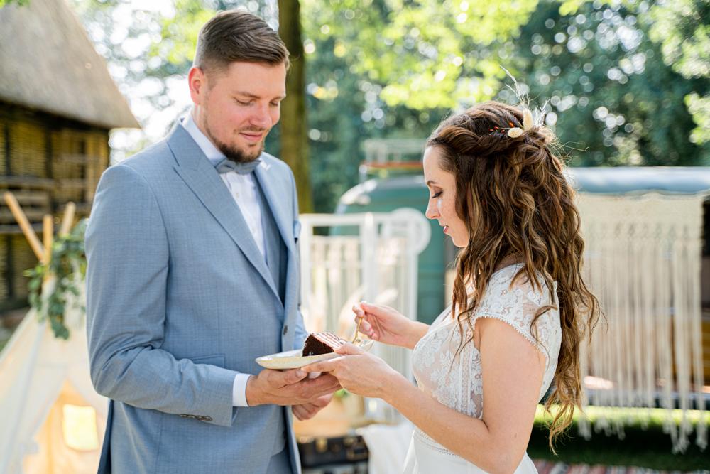 Anschnitt der Torte Hochzeitsfotograf Boho Hochzeitsfotos Bremen
