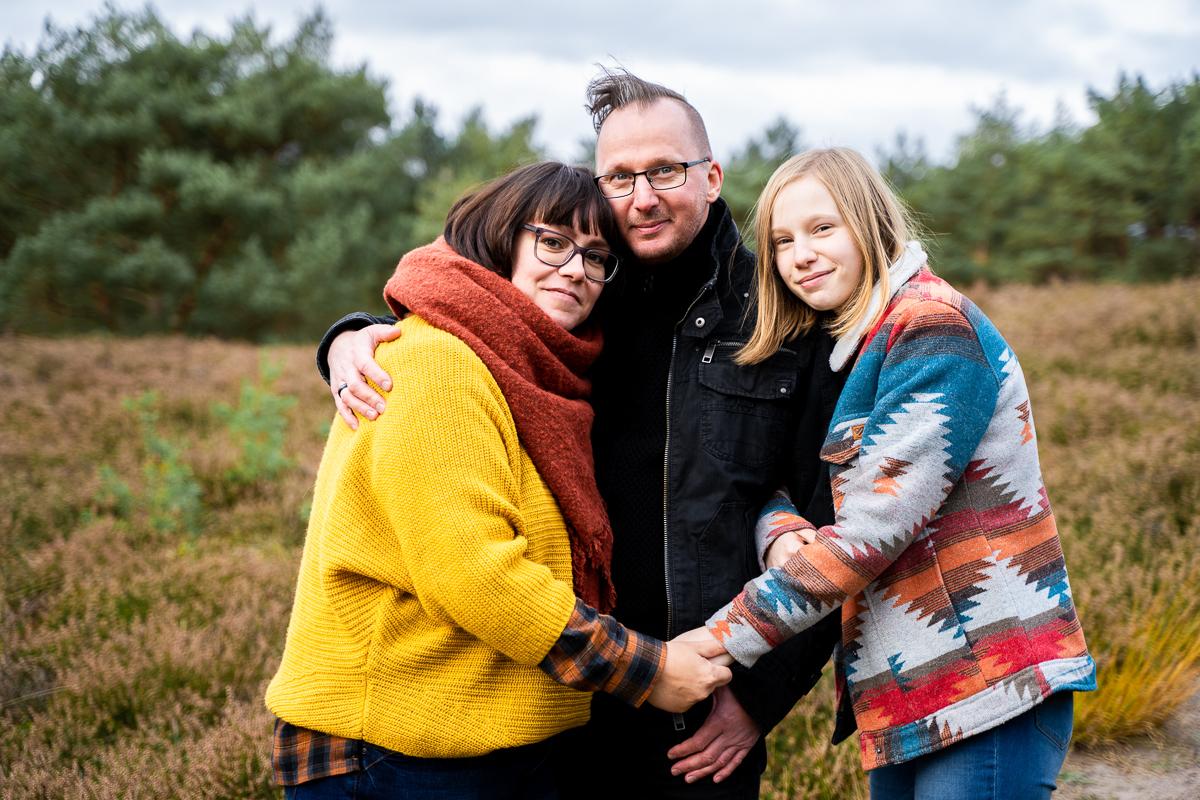 Familie hält sich an den Händen Familienfotos in Bremen und Umgebung Heidelandschaft