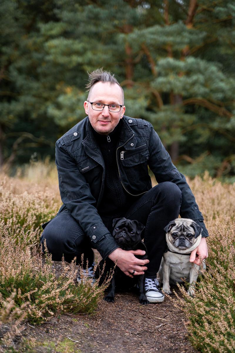 Mann mit zwei Hunden beim Familienshooting in Bremen