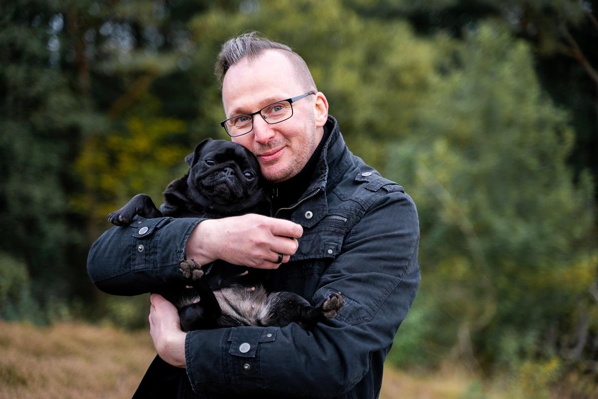 Familienshooting mit Hund Familienfotos Bremen Papa kuschelt mit Hund