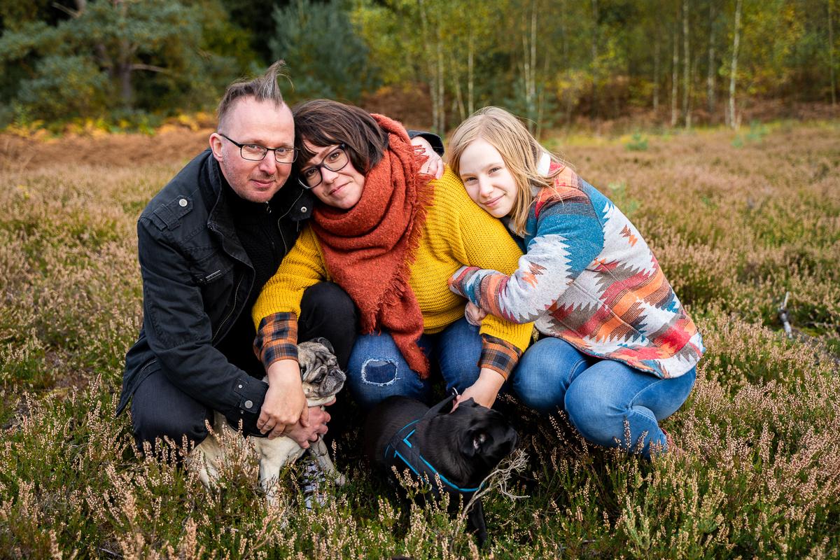 Tochter kuschelt sich an den Rücken der Mama Familienfotos mit Hunden in der Natur Herbstfotos Bremen