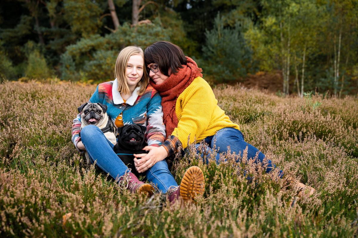Mutter und Tochter kuscheln beim Famileinshooting mit den Hunden Hundefotos und Familienbilder Bremen