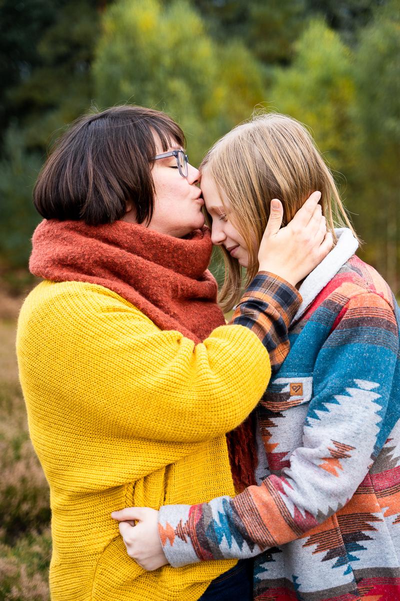 Mutter küsst Tochter auf die Stirn Familienfotos in bremen und Umgebung Fotografin Lilienthal