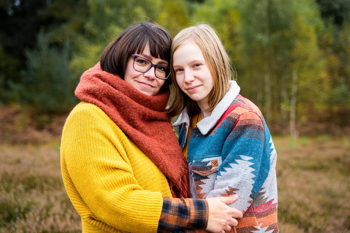 Mutter und Tochter Familienfotos in der Natur Heidelandschaft Fotoshooting Bremen