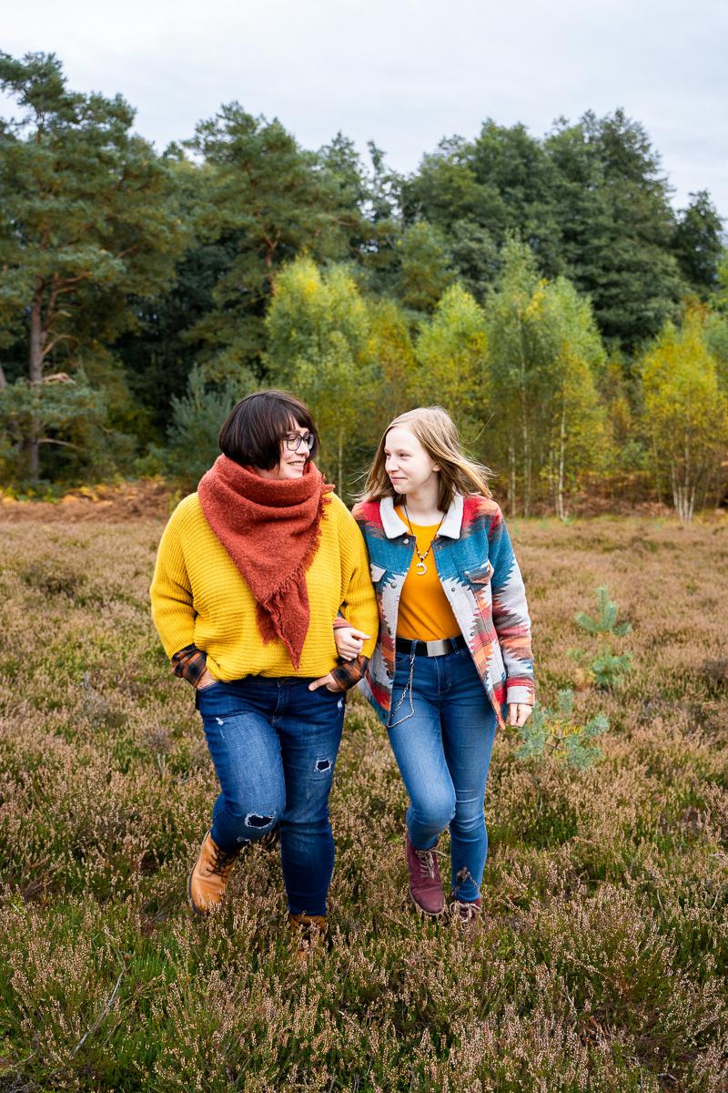 Gemeinsamer Spaziergang von Mutter und Tochter Wolfsgrund Familienfotos in bremen