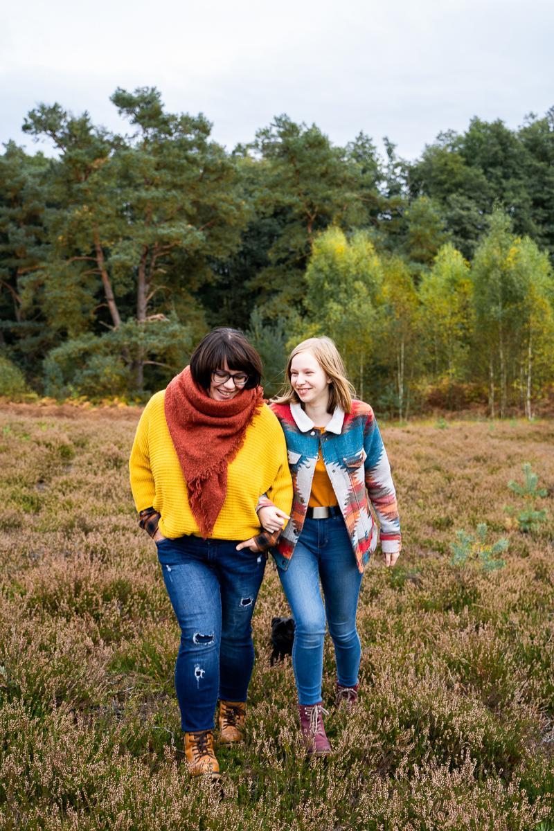 Mama mit Teenie Tochter Fotoshooting mit der Familie in der Heide Spaziergang
