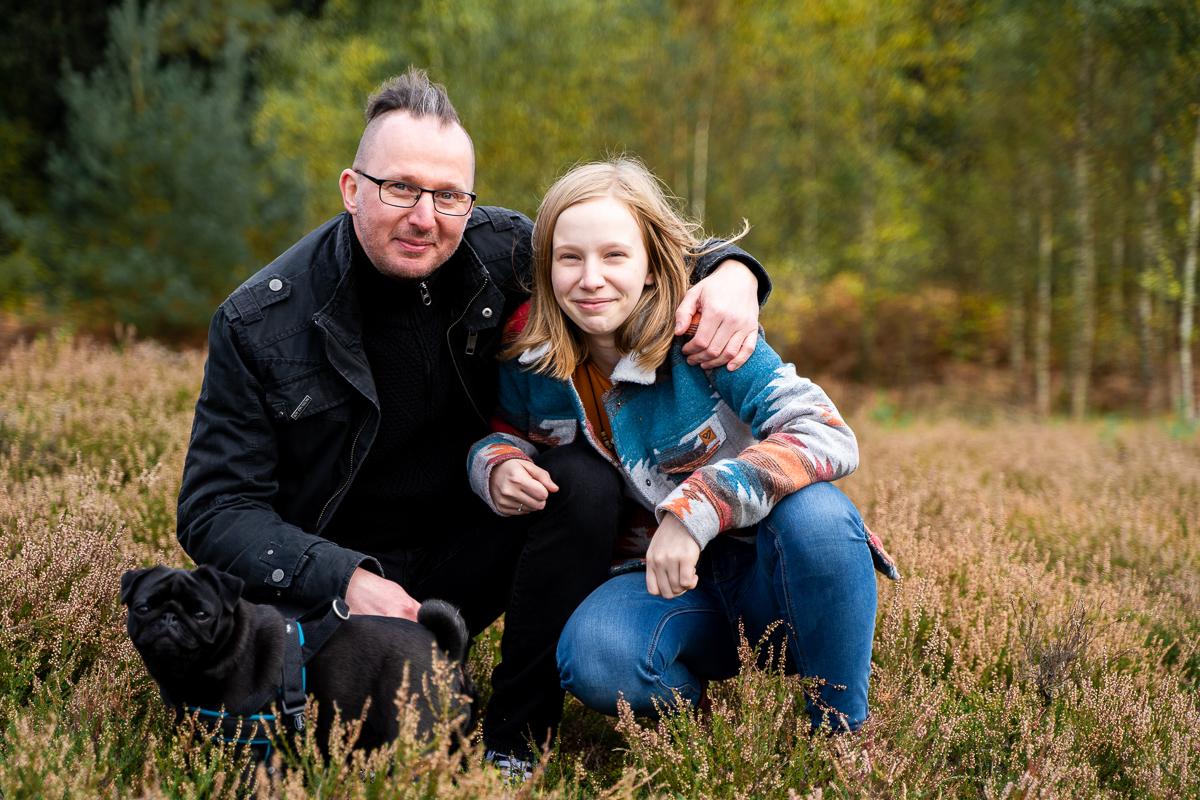Vater und Tochter mit Hund in der Heide Fotoshooting Familie in Bremen
