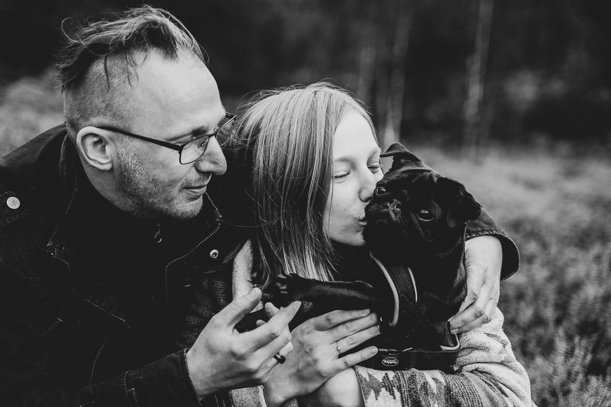 Familienfotos Fotoshooting in der Heide Tochter gibt Hund einen Kuss Fotografin bremen