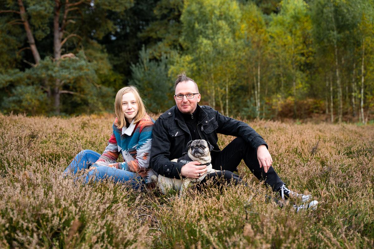 Vater und Tochter mit Hunden in der Heide Famileinshooting Bremen