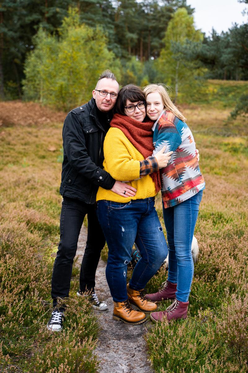 Gemeinsame Familienfotos beim Fotoshooting in der Heide Wolfsgrund Herbstshooting