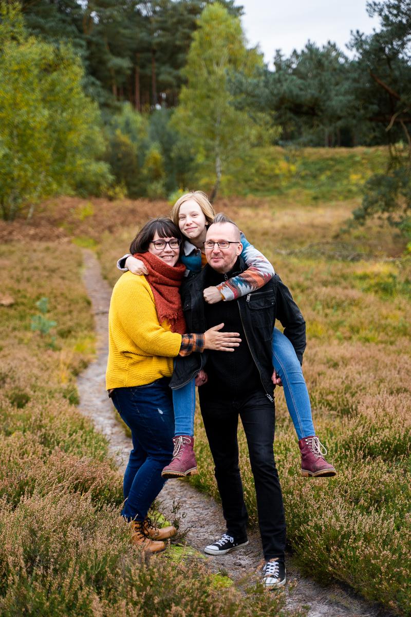 Familienfotos in der Heide Papa trägt Tochter Huckepack Fotoshooting Lilienthal