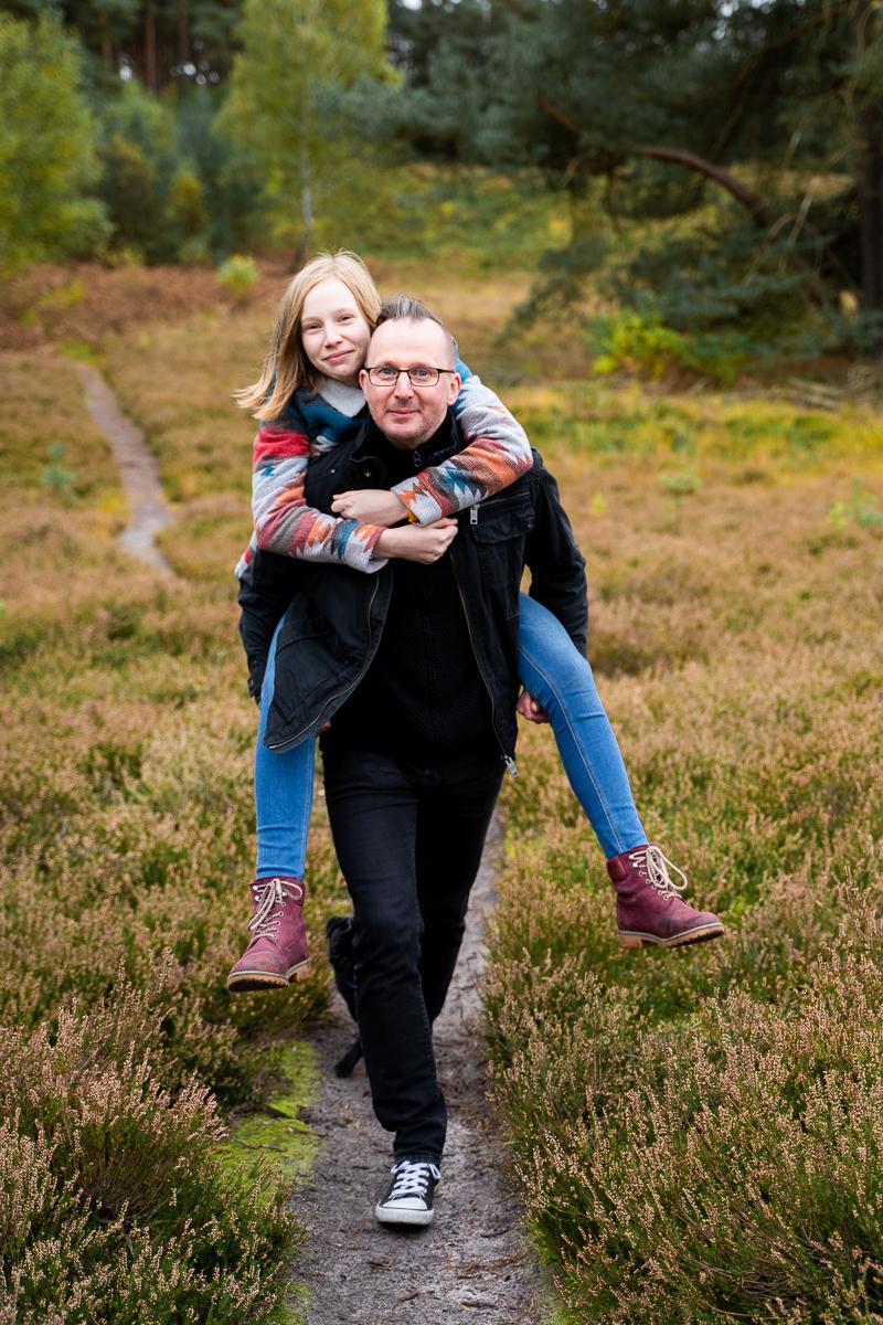 Papa trägt Teenie Huckepack beim Familienshooting in bremen