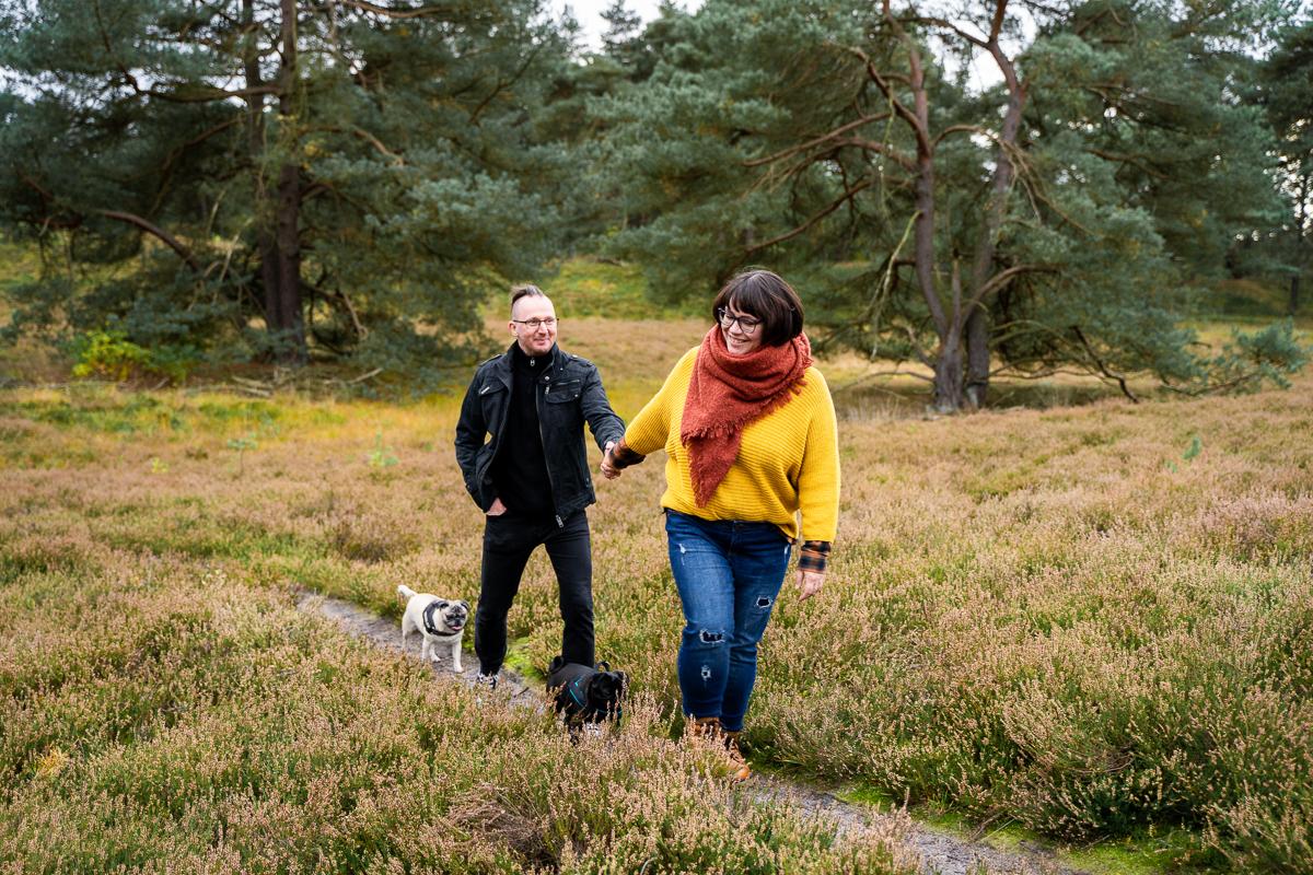 Pärchenfotos in der Heide Fotoshooting Fotografin bremen mit Hunden