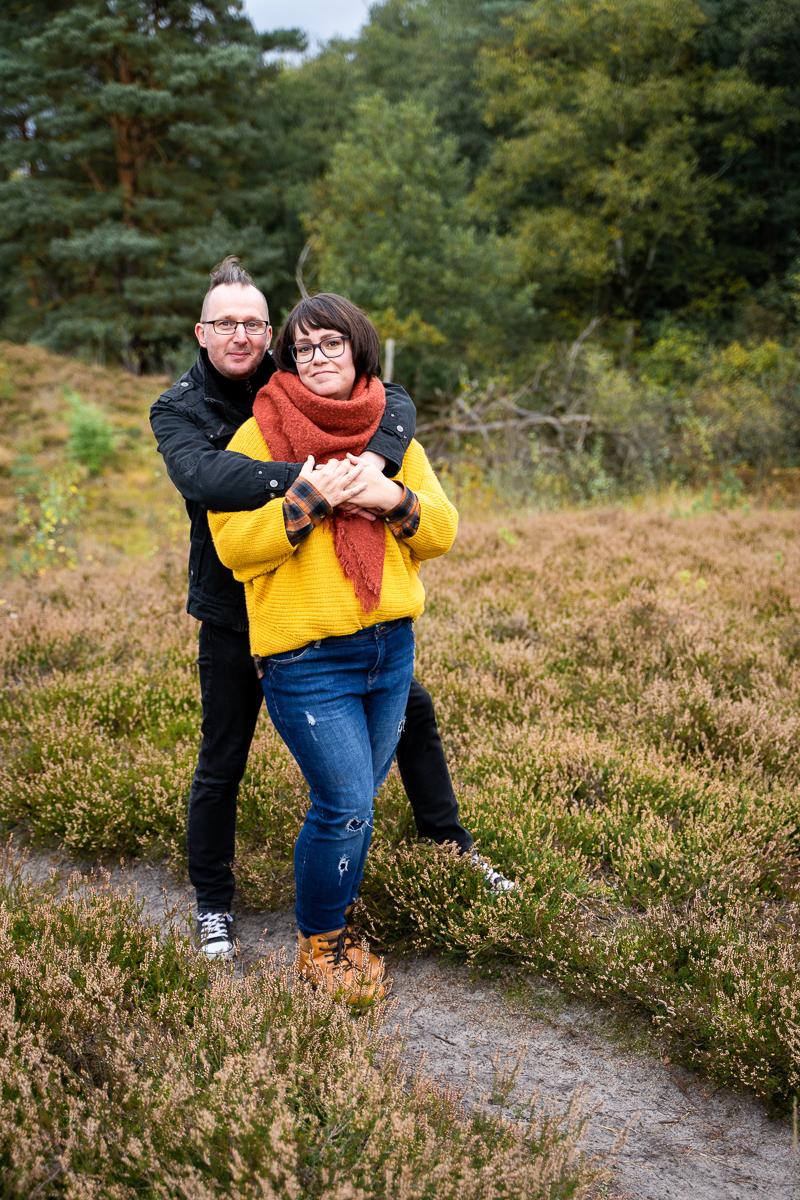 Mann umarmt Frau über die Schulter beim Pärchenshooting Bremen Heide