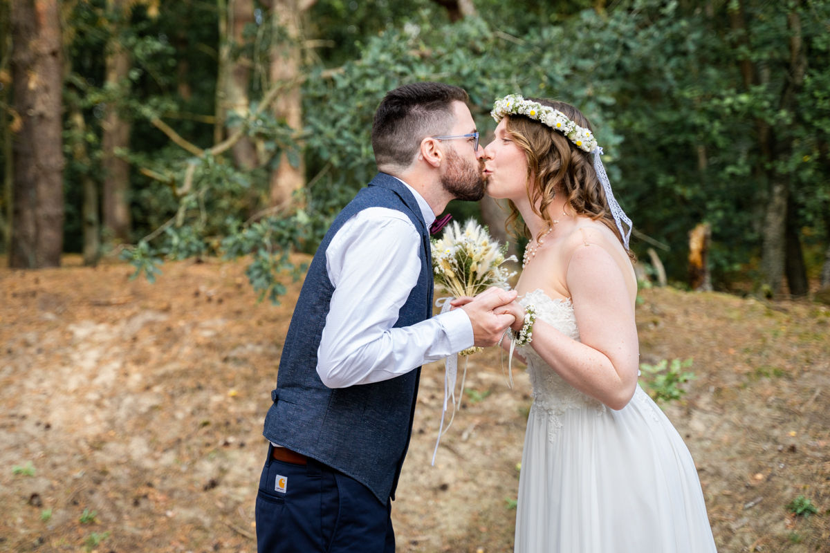Kuss beim First Look Hochzeitsfotograf Bremen Hochzeitsreportage Bassum