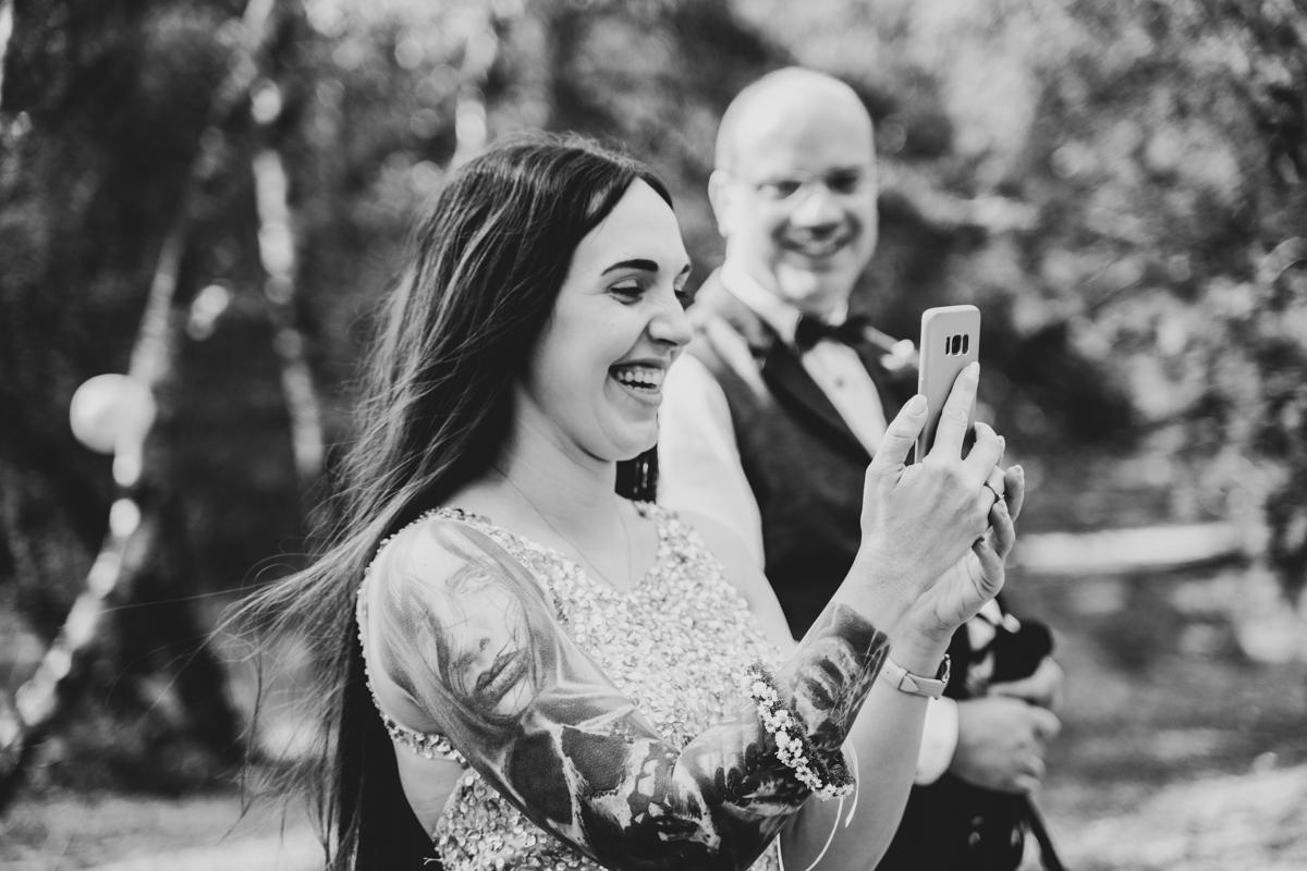 Lachender Gast beim Empfang Hochzeitsfotos Bassum Hochzeitsfotograf bremen