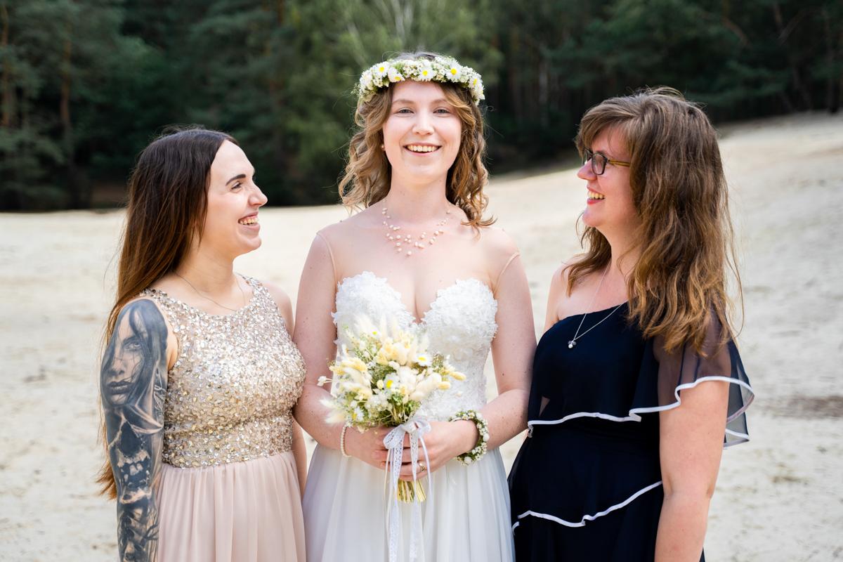 Hochzeitsfotograf bremen Braut mit Brautjungfern in den Dünen