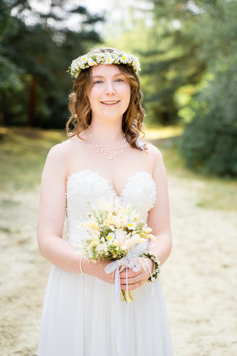 Braut mit Trockenblumen und Haarkranz in den Dünen Paarshooting Hochzeitsfotos Bremen