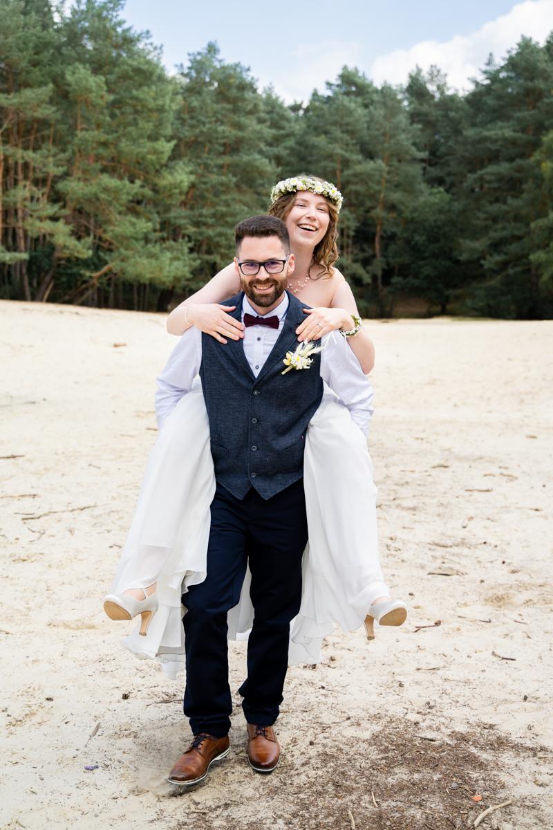 Huckepack Fotoshooting bei der Hochzeit Hochzeitsfotos Bassum