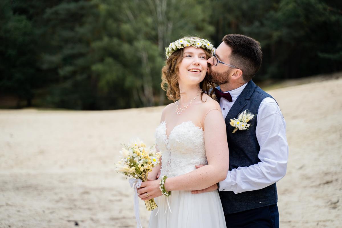 Kuss auf die Wange vom Bräutigam Hochzeitsfotos Fotoshooting Wedding Bremen
