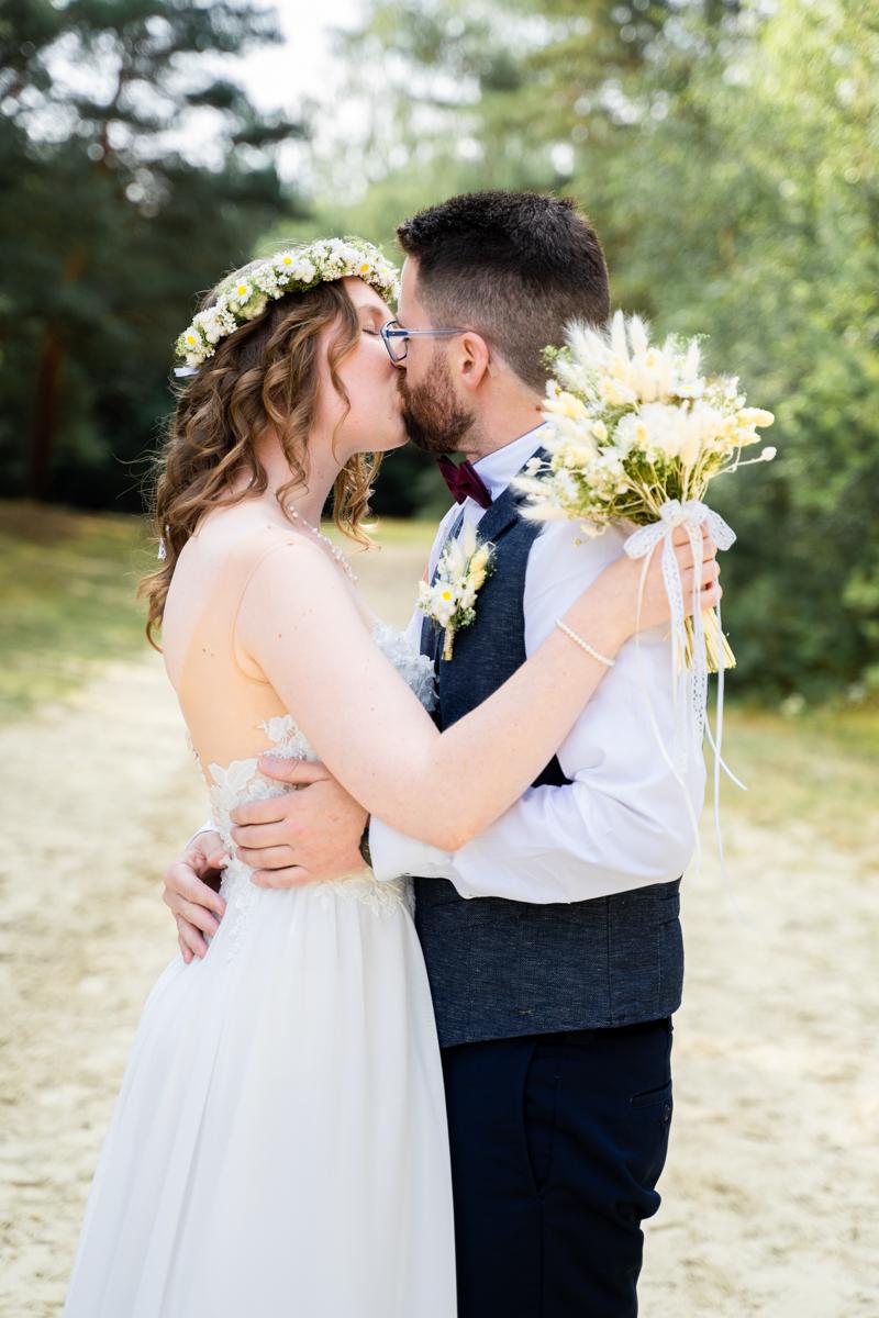 Kuss vom Brautpaar Hochzeitsfotograf Bremen Warner Sand