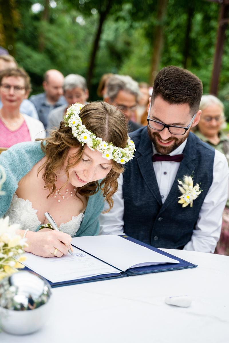 Lachendes Brautpaar Hochzeitsfotos Freudenburg Bassum Fotografin für Standesamt
